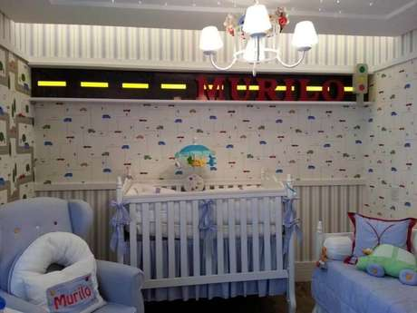 decoração com papel de parede para quarto de bebê masculino com estampa de carrinho
