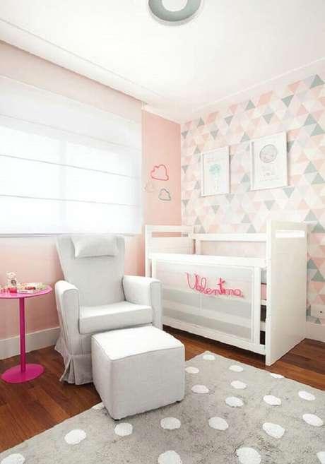 61. Decoração em tons pastéis com papel de parede para quarto de bebê feminino com estampa minimalista – Foto: Pinterest