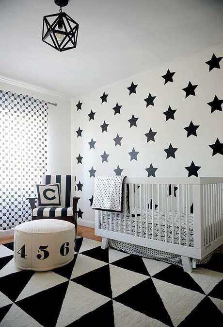 11. Decoração preto e branca com estampa de estrelas para papel de parede para quarto de bebê masculino – Foto: Frenchy Fancy