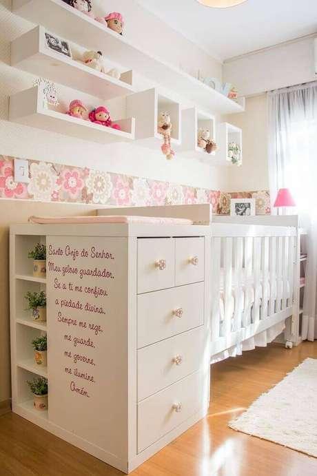 44. O papel de parede infantil para quarto de bebê não precisa ser usado em toda a parede