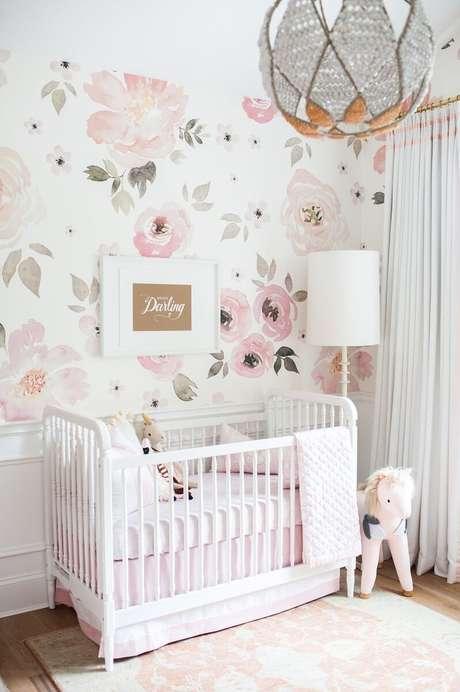 70. Decoração clean com papel de parede para quarto de bebê feminino com flores grandes em tons de rosa claro e cinza – Foto: Pinterest