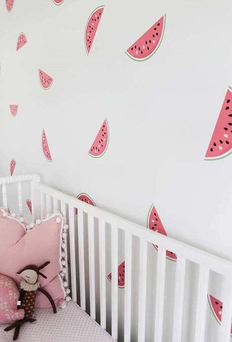 6. Escolha a estampa do papel de parede infantil para quarto de bebê conforme o estilo do quarto – Foto: Frenchy Fancy