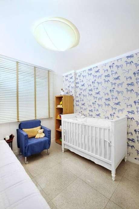 56. Decoração com papel de parede infantil para quarto de bebê com tema de cavalinho