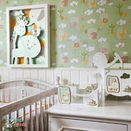 34. Quarto de bebê com papel de parede com tema de safári