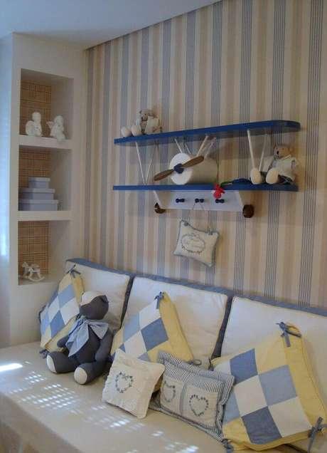 27. Misturar listras azuis e e bege no papel de parede para quarto de bebê masculino fica super delicado e bonito
