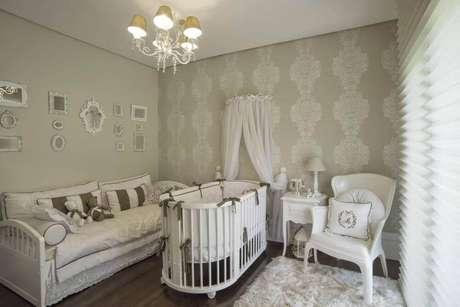 46. Decoração de quarto de bebê com papel de parede com cores e estampas neutras