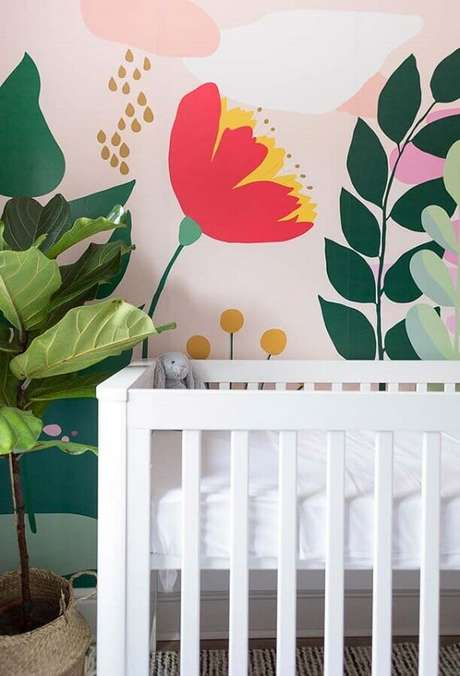 10. Não tenha medo de ousar na escolha do papel de parede para quarto de bebê feminino – Foto: Frenchy Fancy