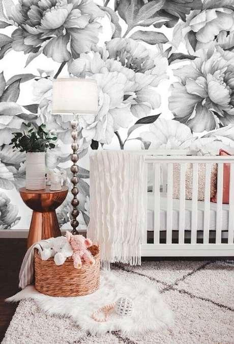 65. Papel de parede para quarto de bebê com flores grandes em tons de cinza – Foto: Pinterest