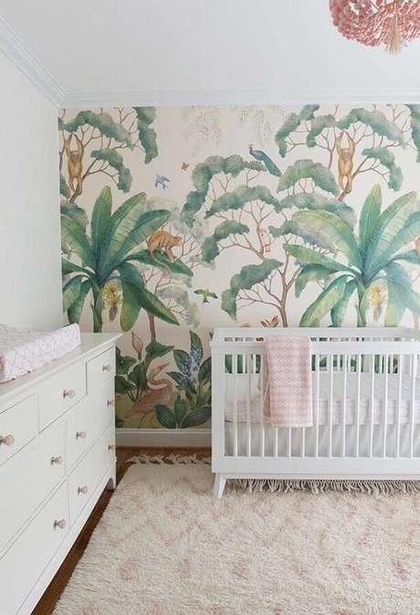 66. Decoração clean com papel de parede para quarto de bebê com estampa de folhagens – Foto: Houzz