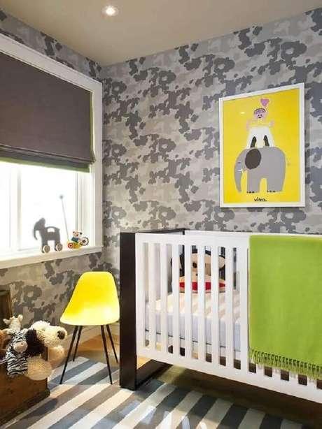 67. Papel de parede para quarto de bebê com estampa militar – Foto: Archzine