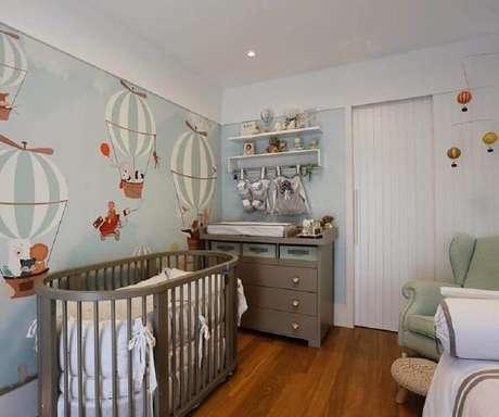 68. Decoração simples com papel de parede infantil para quarto de bebê com estampa de ursinhos voando em balões – Foto: Paola Ribeiro
