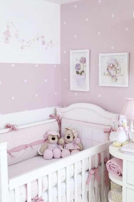 14. Decoração em tons de branco e lilás com papel de parede para quarto de bebê feminino
