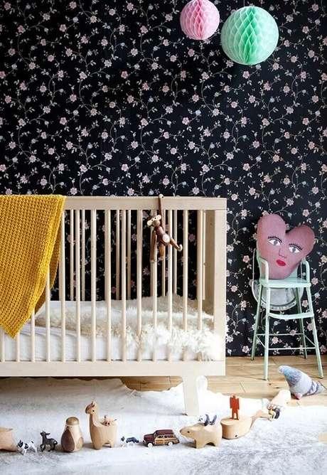 69. Decoração com papel de parede para quarto de bebê feminino com flores estampadas em fundo preto – Foto: Madame Décore