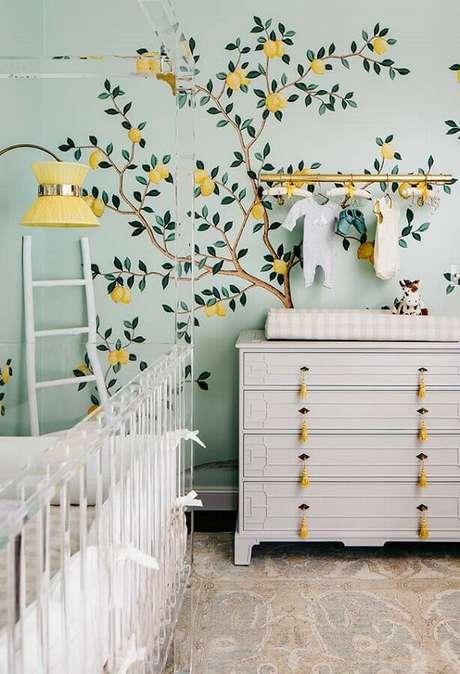 62. O papel de parede para quarto de bebê com estampa de árvore frutífera deu um toque leve na decoração – Foto: Pinterest
