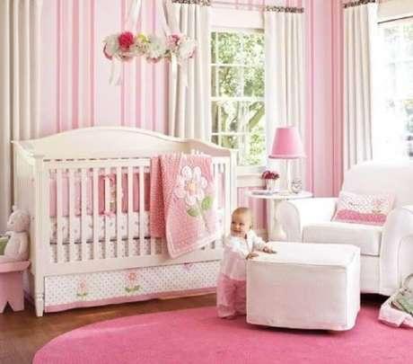 9. Listras cor de rosa no papel de parede para quarto de bebê feminino é um clássico.