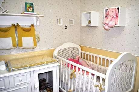 21. Quarto de bebê decorado com papel de parede e nichos