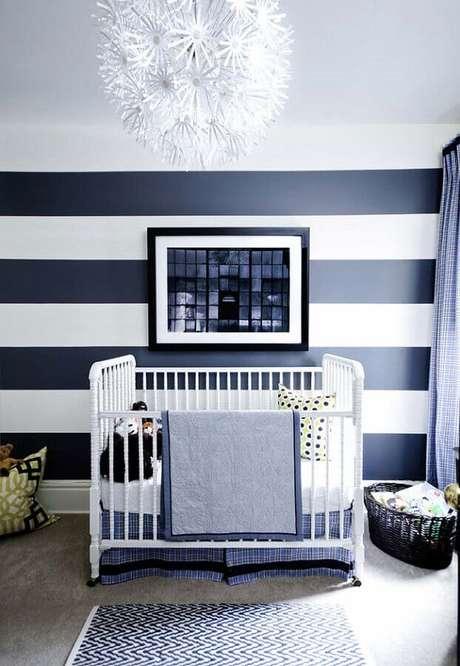 73. Papel de parede para quarto de bebê masculino com listras azuis e brancas – Foto: Casa de Valentina