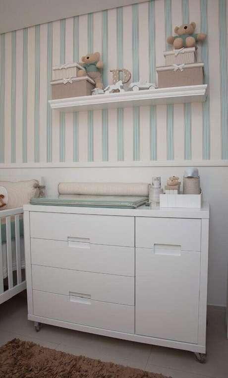 42. Papel de parede listrado para quarto de bebê