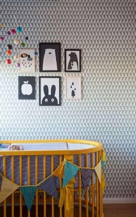 19. Papel de parede para quarto de bebê com estampa neutra em tons de branco e cinza