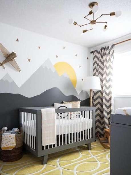 53. Decoração estilo escandinava para quarto de bebê com papel de parede