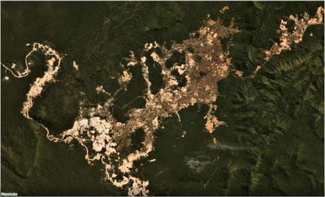 Garimpo ilegal de ouro na Terra Indígena Kayapó, no Pará; projeto de lei do governo pretende regulamentar a atividade, mas enfrenta obstáculos.