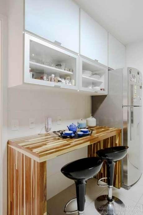 16. Armário de cozinha aéreo com bancada para café da manhã – Via: Casa Abril
