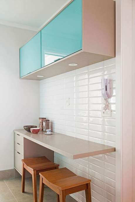 6. Armário de cozinha aéreo com porta azul – Via: Casa de Valentina