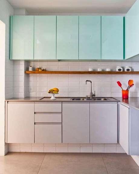 27. Armário de cozinha aéreo verde e cinza – Via: Tua Casa