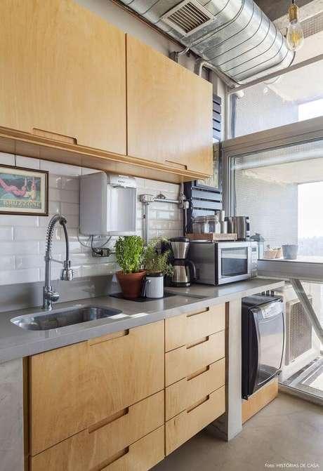 17. Armário de cozinha de madeira com eletrodomésticos – Via: Histórias de Casa