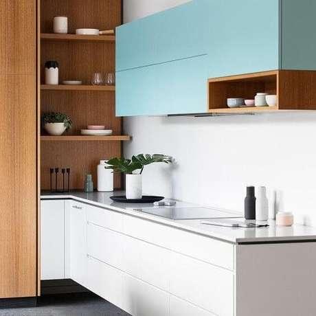8. Armário de cozinha azul e madeira – Via: Pinterest