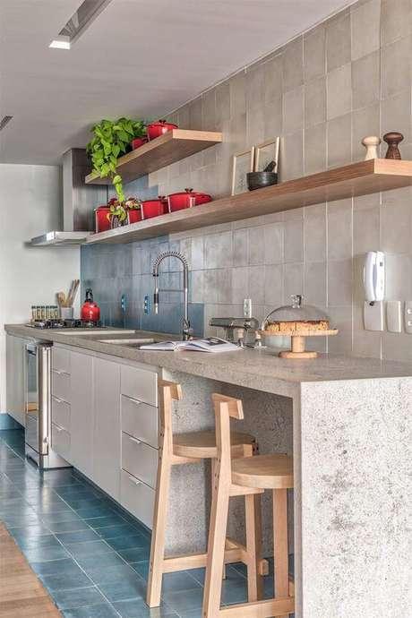 20. Armário de cozinha com bancada de mármore – Foto: Limão n água