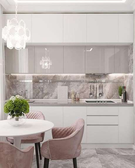 22. Armário de cozinha branco com detalhes rose – Foto: Maglia