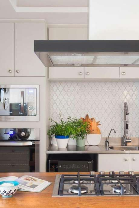 25. Armário de cozinha branco – Foto: Mara Ramos
