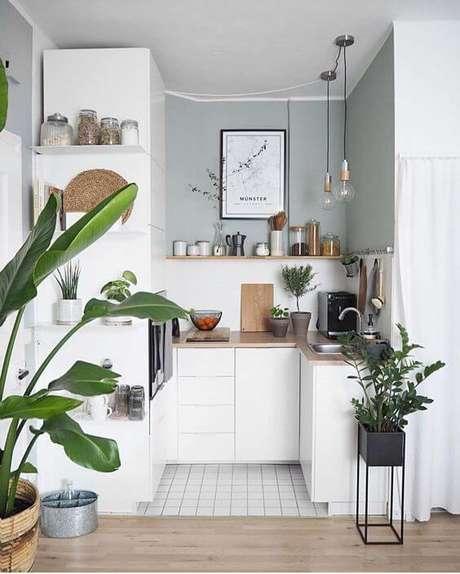 28. Que tal decorar a cozinha pequena com plantas – Via: Pinterest