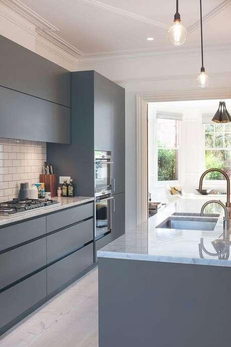 29. Armário de cozinha cinza e moderno – Via: Decoist