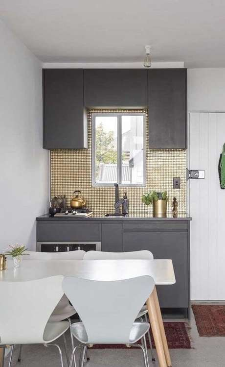 30. Armário de cozinha cinza e pequena – Via: Décor Fácil
