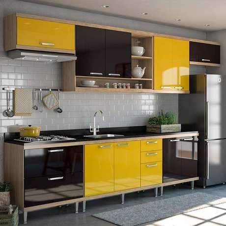 4. Armário de cozinha compacta em amarelo e preto – Via: Pinterest