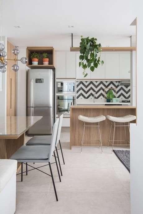 2. Armário de cozinha completo para cozinha americana – Foto: Revestindo a Casa