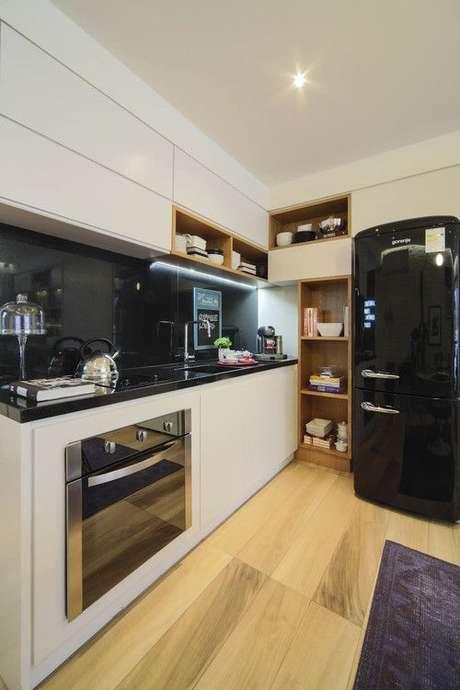 37. Armário de cozinha de canto branco com detalhes em preto – Via: Fernanda Marques