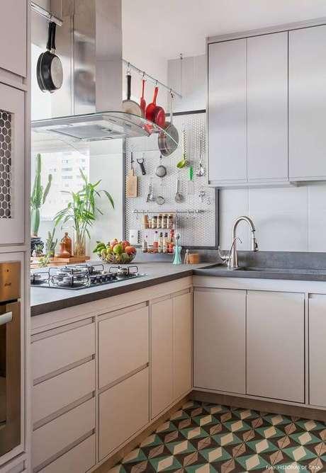 38. Armário de cozinha de canto branco – Via: Histórias de Casa