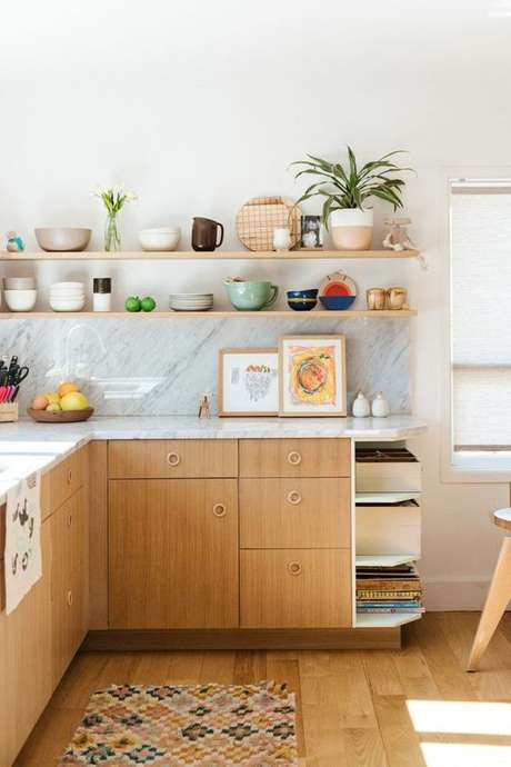 43. Armário de cozinha de madeira com prateleiras – Via: Emily Henderson Design