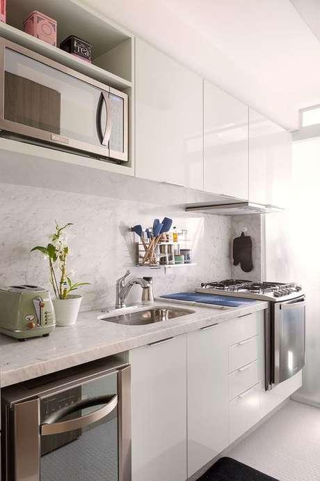46. Armário de cozinha branco com eletrodoméstico embutido – Via: Casa da Valentina