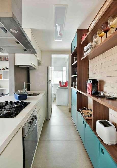 49. Armário de cozinha com porta azul – Foto: Revista Casa e Jardim