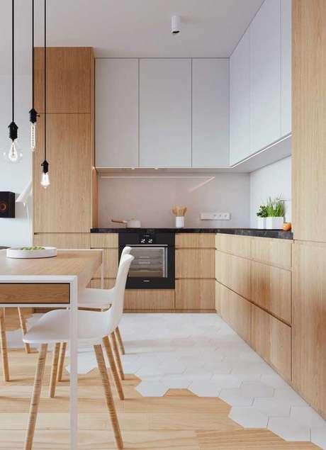 52. Armário de cozinha gourmet com madeira e armário e branco – Via: Pinterest