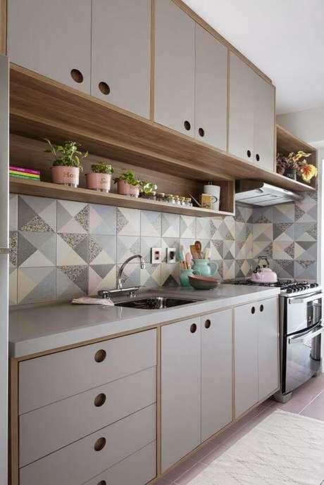 58. Armário de cozinha neutra com revestimento diferenciado – Via: Pinterest