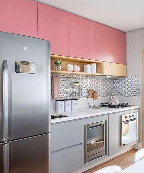 3. Armário de cozinha pequeno e rosa com cinza, super moderno – Via: Instagram