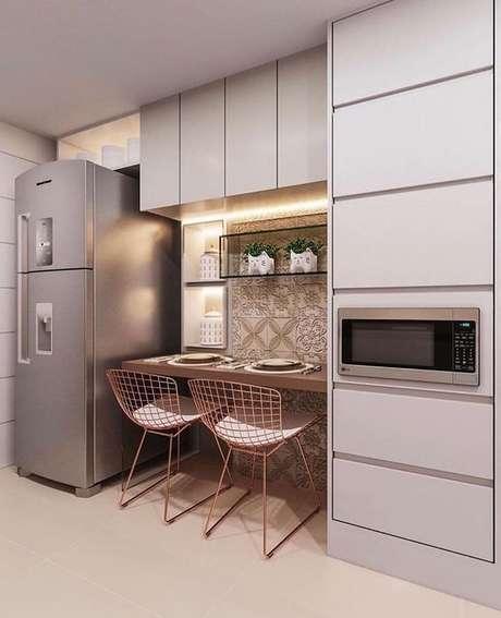62. Armário de cozinha pequena com bancada cobra – Via: Pinterest