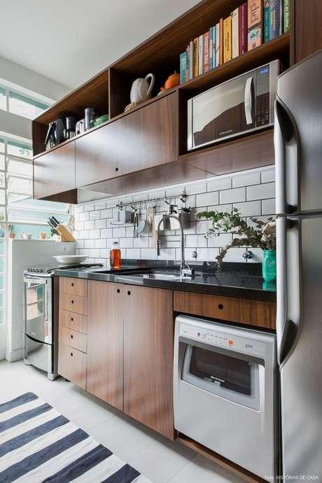 9. Armário de cozinha pequeno de madeira – Via: Histórias de casa