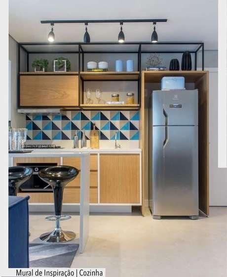 66. Cozinha de madeira com nichos decorativos – Via: Arquitetura Decoração
