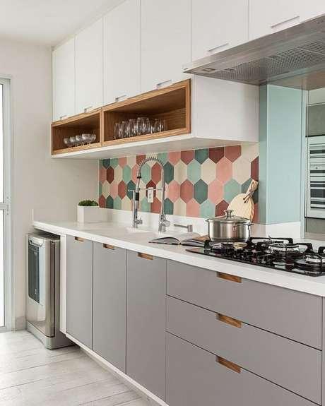 69. Armário de cozinha pequeno com revestimento colorido – Via: Pinterest